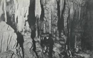 Gregor Žiberna v Divaški jami leta 1910. [VIR: Kronprinz Rudolf-Grotte, Wien]: B. K. Sch. W. I., 1910, razglednica : č-b ; 9 x 14 cm]