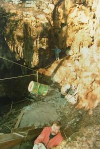 Srečko Škrlj ( v odspredju) in Albin Nedoh (v odzadju) pri urejanju vhoda v Divaško jamo leta 1986.